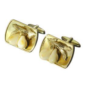 Handgefertigte Manschettenknöpfe. Schauseitig zieren Grandeln auf jeweils einem Ast die schlichte goldene Platte.